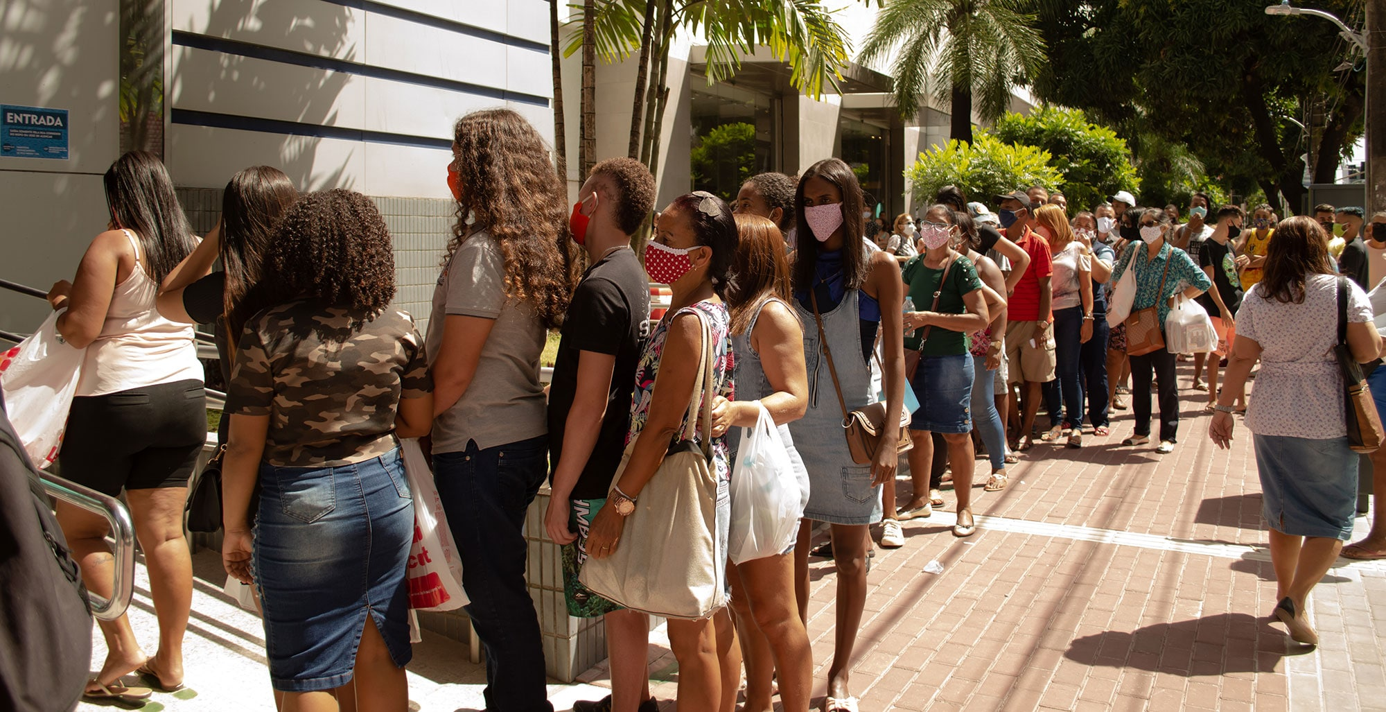 Queues and crowding at the reopening of Boa Vista shopping center in Recife, Pernambuco