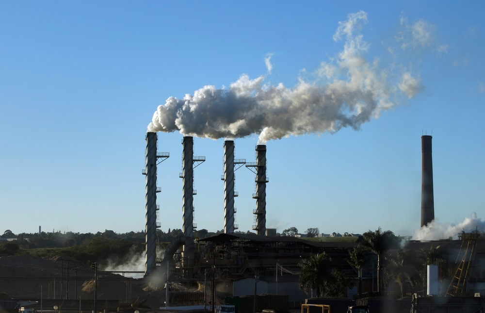 Since industrialization, emissions of gases that are harmful to the atmosphere have been growing at an accelerated pace. In the photo, smoke from an ethanol factory in Brazil.