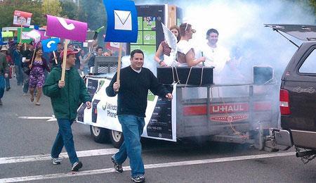 Funcionários da Microsoft vão às ruas comemorar início de fabricação do Win Phone 7 20100913131452