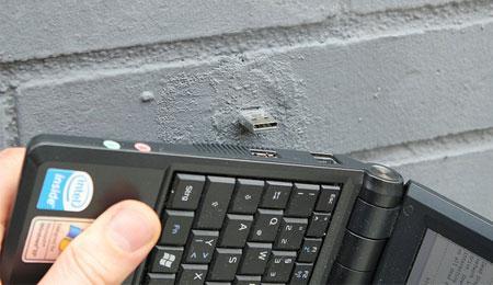 Drives USB aparecem pregados em paredes de Nova York. Vc plugaria seu laptop ali?