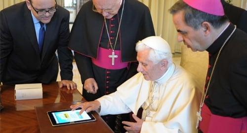 Bento XVI acenderá luzes de árvore de Natal por tablet