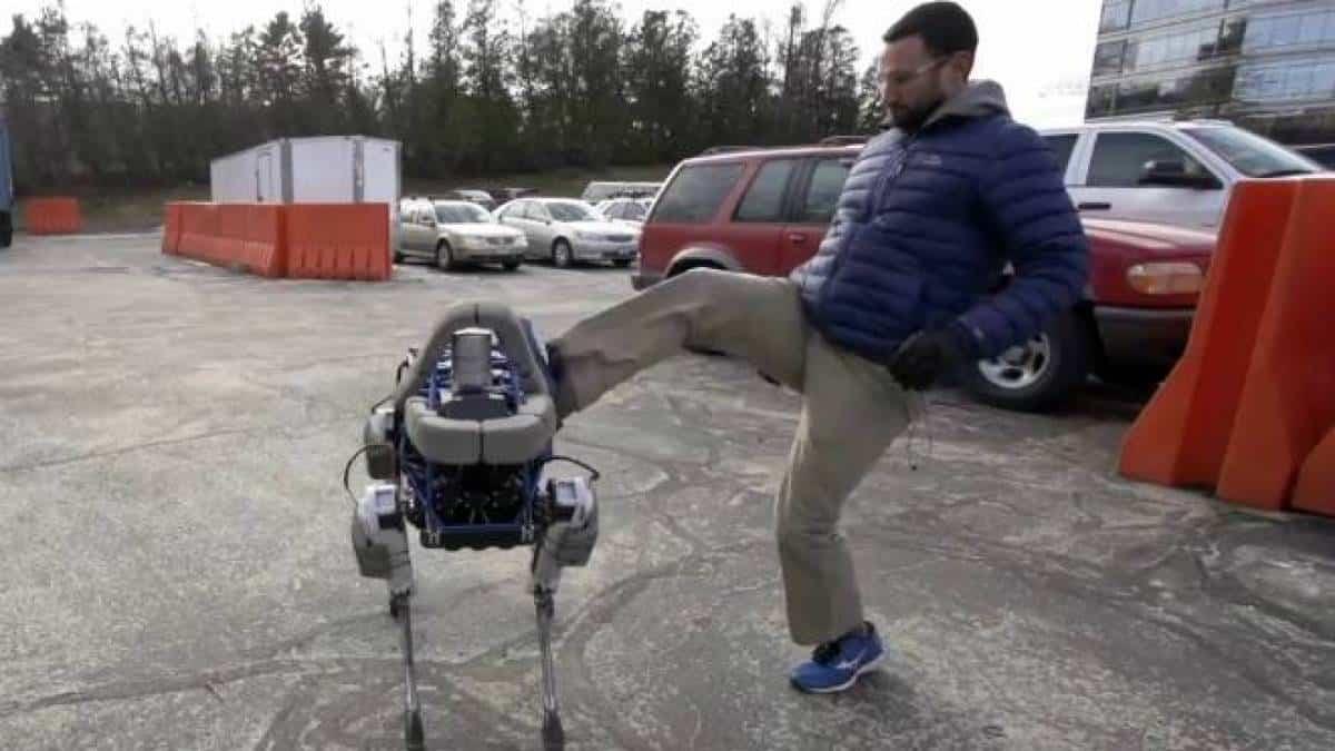 Robô do Google é capaz de ficar em pé mesmo depois de ser chutado