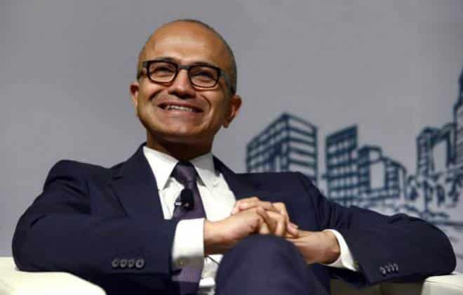 Presidente da Microsoft usa iPhone e provoca Apple em palestra