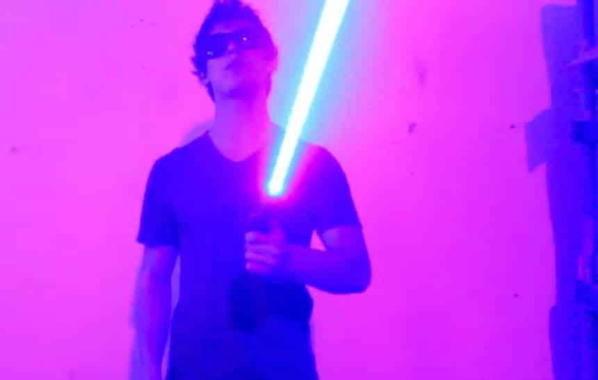 Estudante cria sabre de luz com laser capaz de destruir objetos