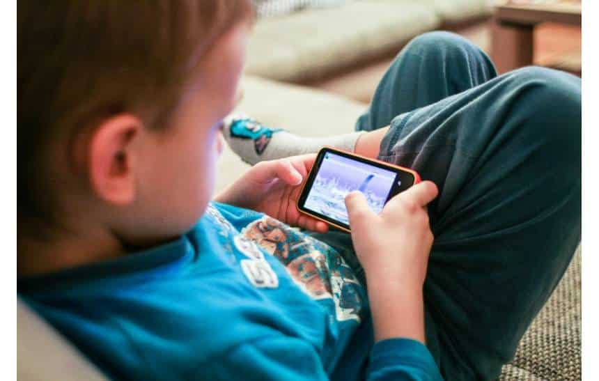 Filhos não querem que pais postem sobre eles em redes sociais, revela estudo