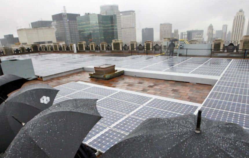 Novo painel solar consegue gerar energia através da chuva