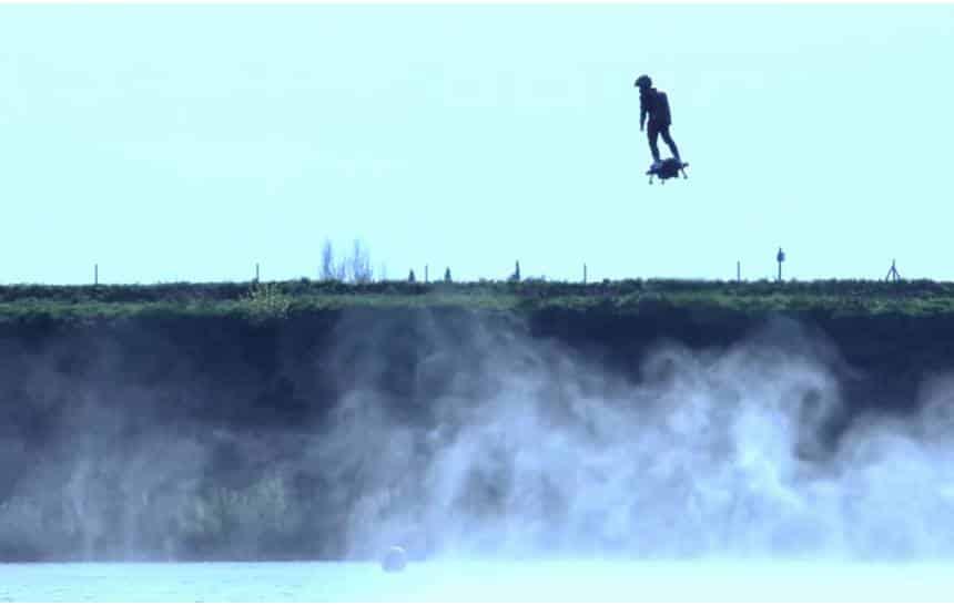 Hoverboard com querosene atinge 30 metros de altura e voa a 150 km/h