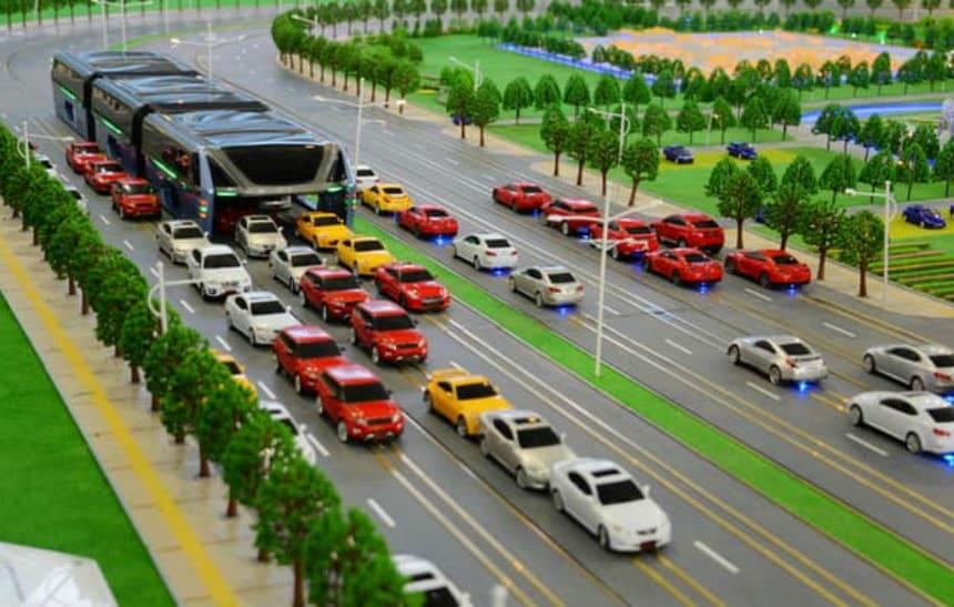China apresenta �nibus que passa por cima dos carros