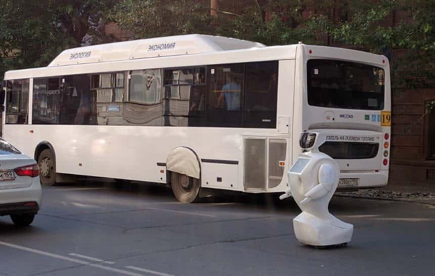 Robô foge de centro de estudos na Rússia e causa congestionamento