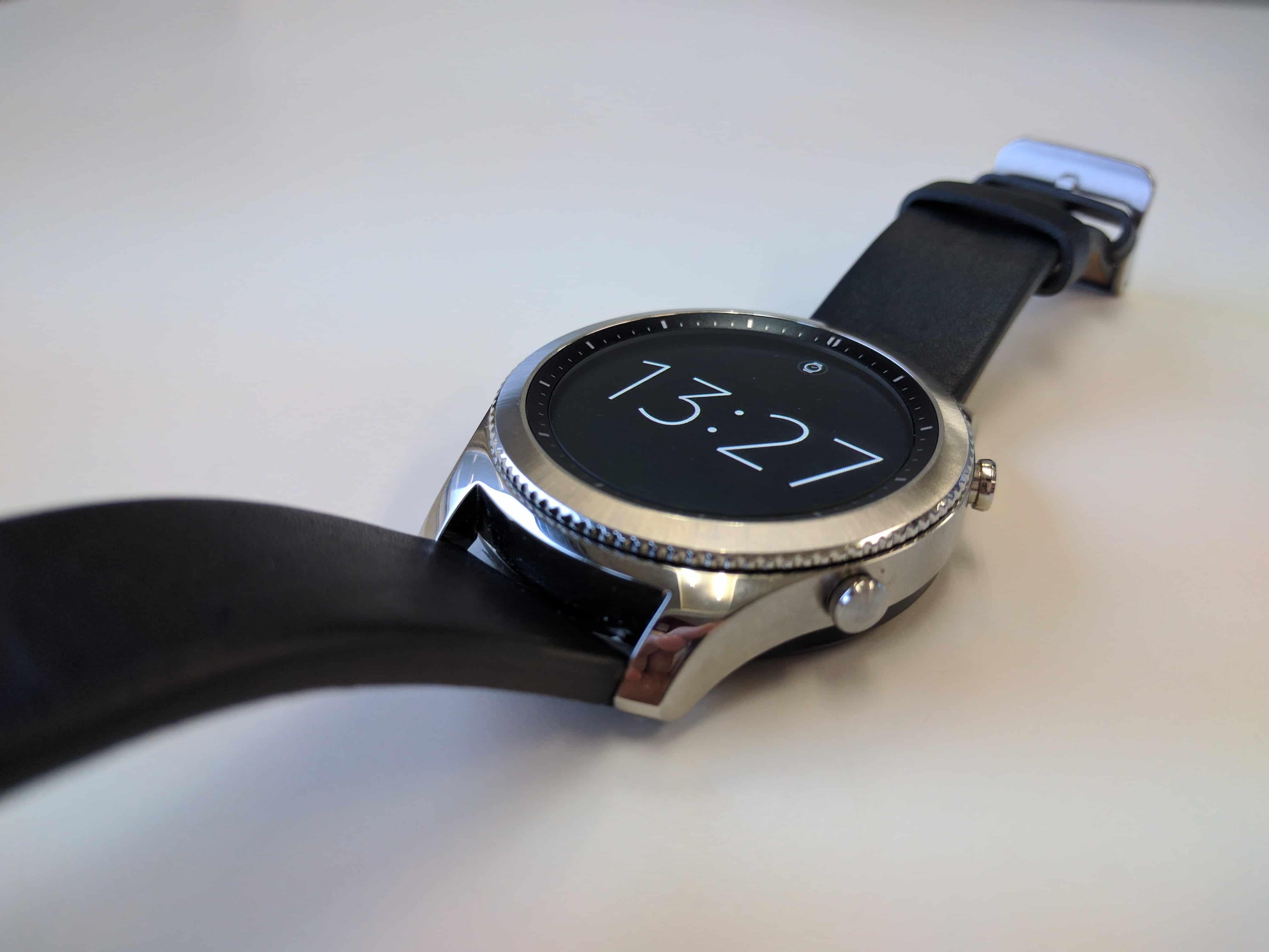 58932bc97dc Não há como ir muito mais a fundo do que isso. O Gear S3 é um relógio  bonito e discreto