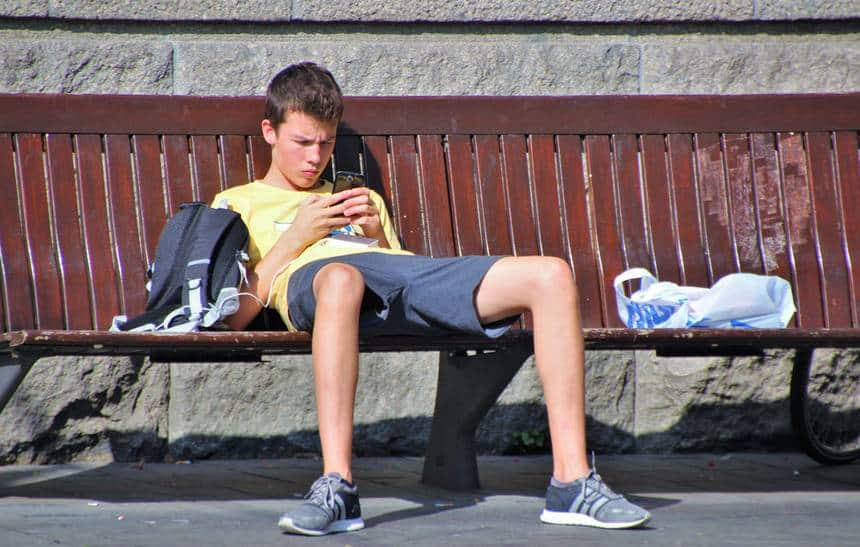Governo de SP aprova lei que libera uso de celular em sala de aula