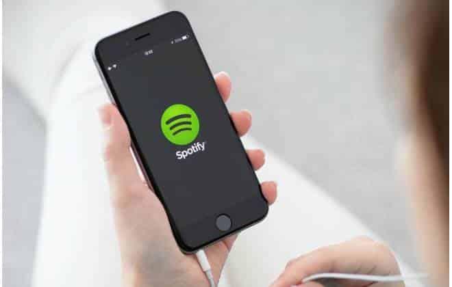 Estudante brasileiro agora paga metade do valor da assinatura do Spotify