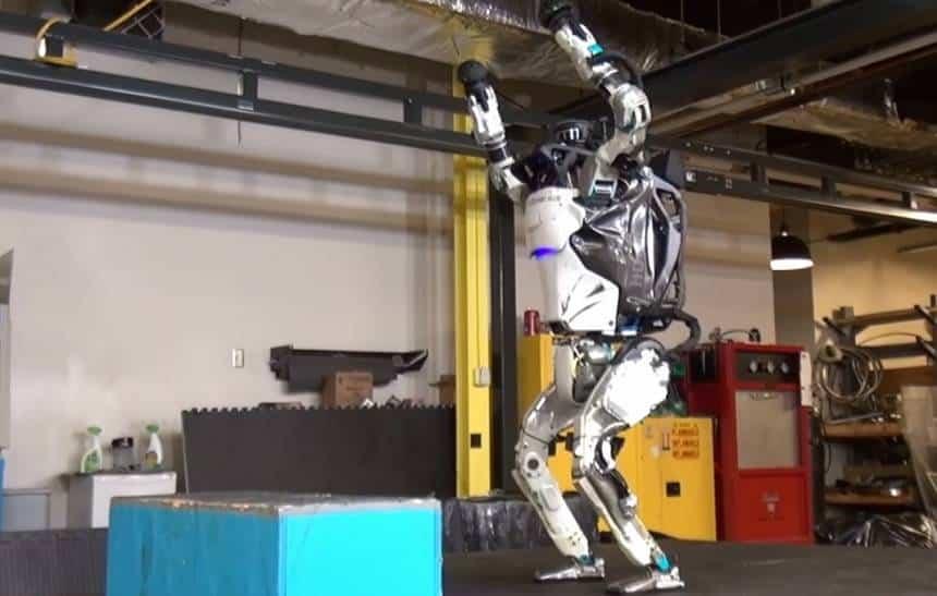Robô Atlas da Boston Dynamics agora consegue dar um 'mortal para trás'