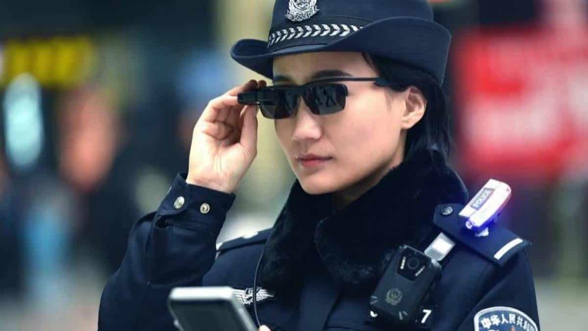 b852ff200 Polícia chinesa adota óculos com reconhecimento facial