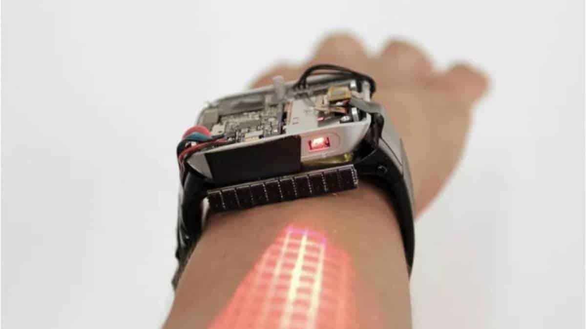 bf1222739dd Relógio inteligente com projetor usa o braço da pessoa para navegação