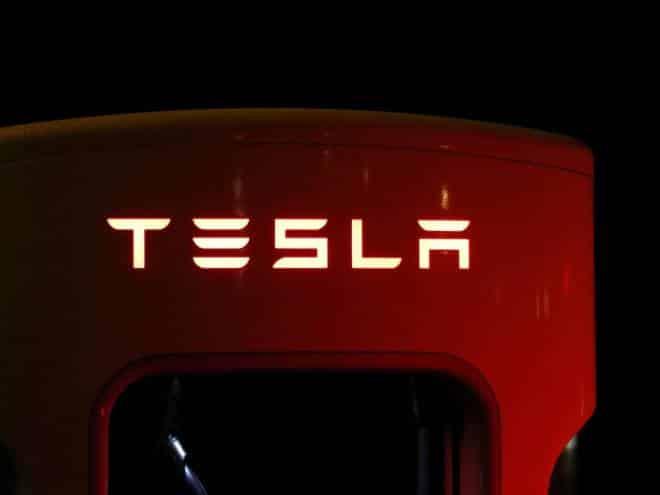 Motorista bêbado dorme ao volante de um Tesla e se dá mal
