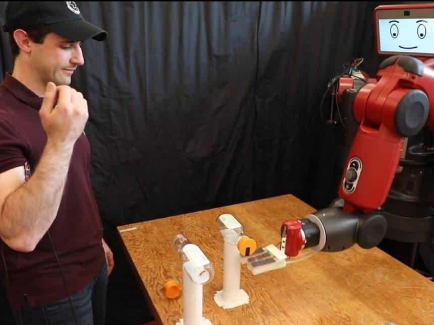 20190712051018_860_645_-_robo_baxter Robô tenta realizar o BottleCapChallenge; confira o vídeo