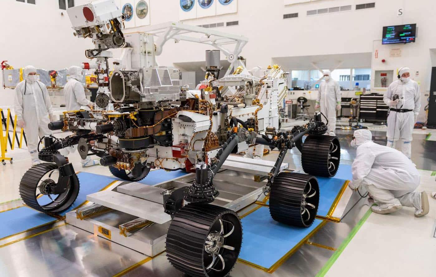 Imagem mostra o rover Perseverance sendo preparado por técnicos em um laboratório da Nasa