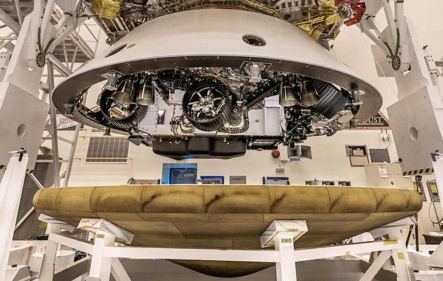 Imagem mostra o rover Perseverance recebendo o escudo térmico que irá protegê-lo durante o pouso em Marte