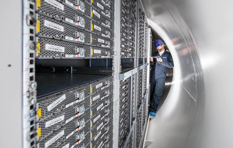 Segundo coordenador do projeto, data center submerso apresentou menos falhas do que os localizados na superfície. Crédito: Jonathan Banks/Microsoft