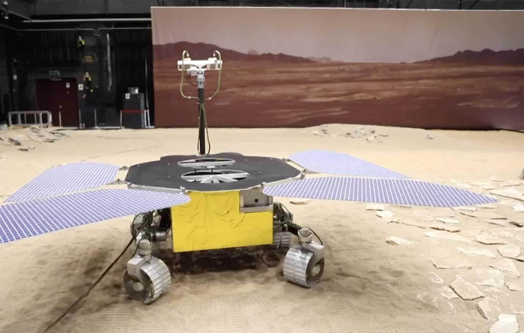 Imagem mostra maquete do rover chinês enviado a Marte na missão Tianwen-1, sendo testado na Terra