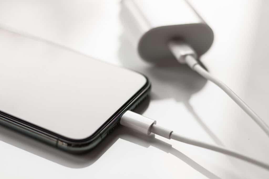 Carregadores de iPhones devem ser oferecidos a clientes, diz Procon