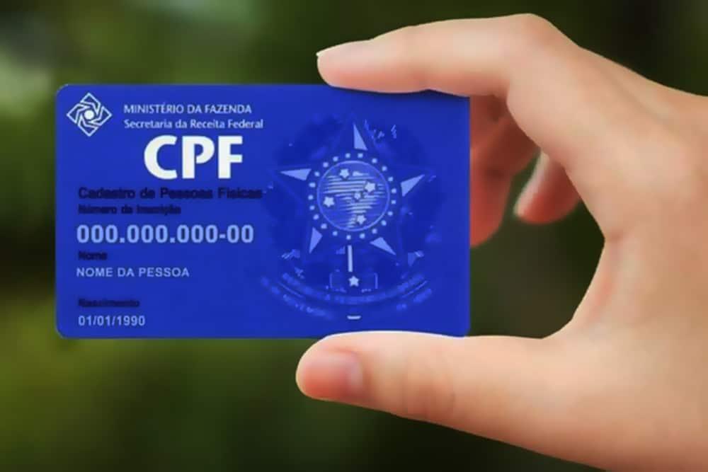 Mão segurando cartão de CPF