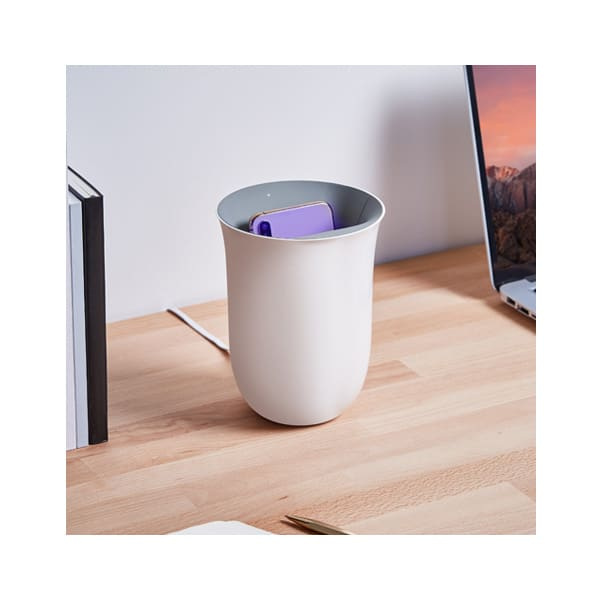 Lexon Oblio é um carregador wireless que elimina 99% das bactérias.