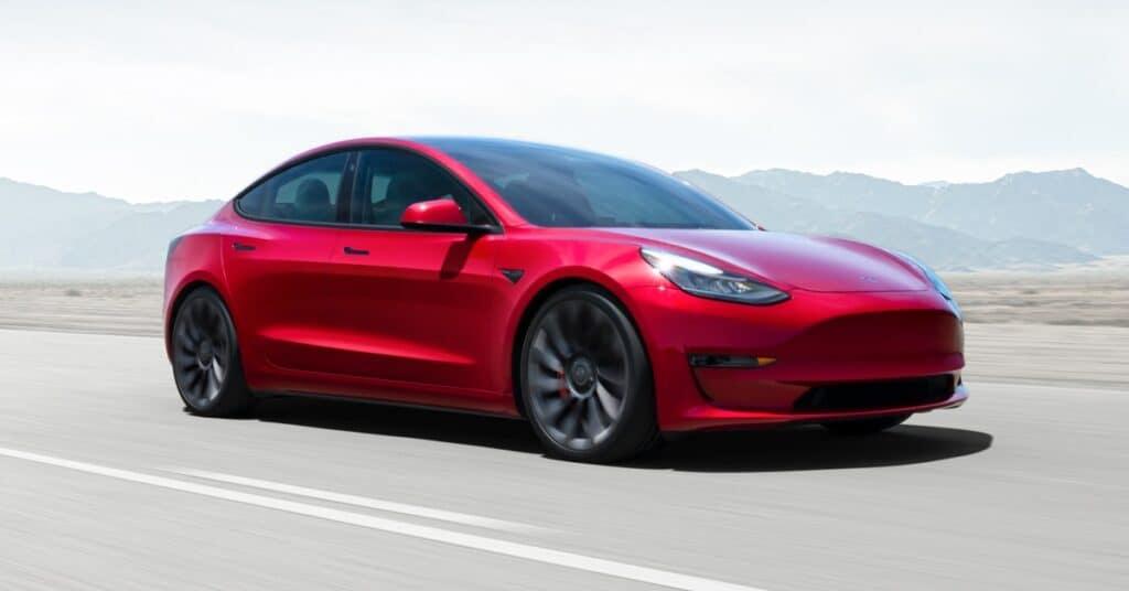 Model 3 vermelho, fabricado pela Tesla