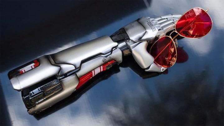 Prótese de braço inspirada no aparecimento do personagem Johnny Silverhand, do game Cyberpunk 2077