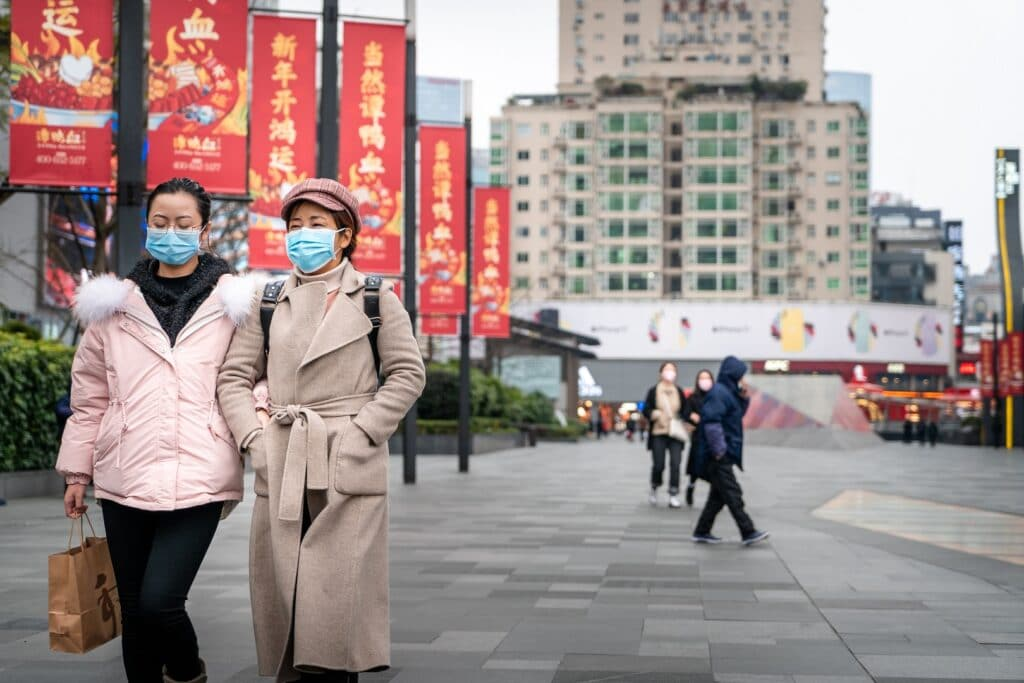 Pessoas usando máscaras faciais na cidade de Chengdu, na China, no início da pandemia de Covid-19, em janeiro