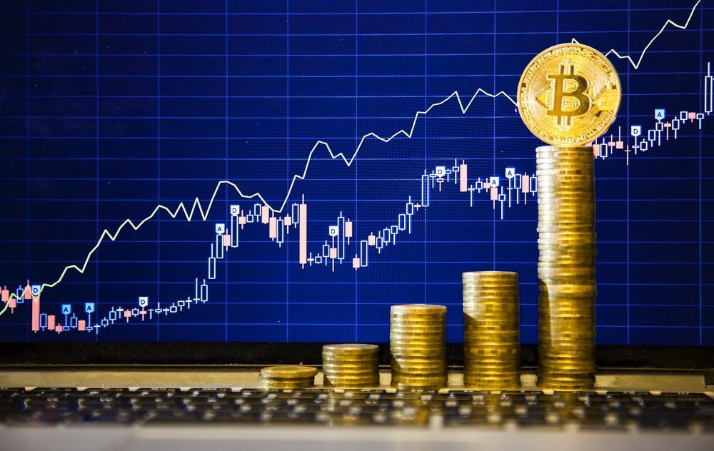 imagem de uma planilha com dados em ascendência ao lado de moedas