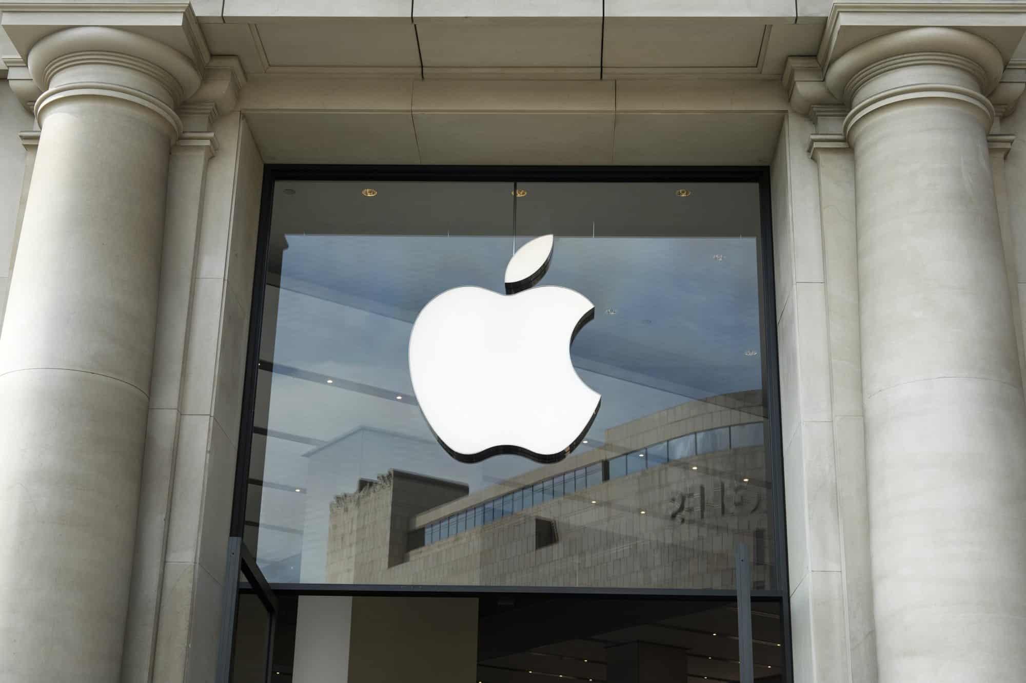 Apple é processada por vender iPhone sem carregador no Brasil