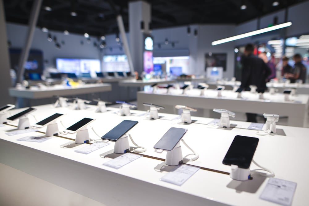 Auxílio emergencial ajudou no aumento da venda de celulares no Brasil - Olhar Digital