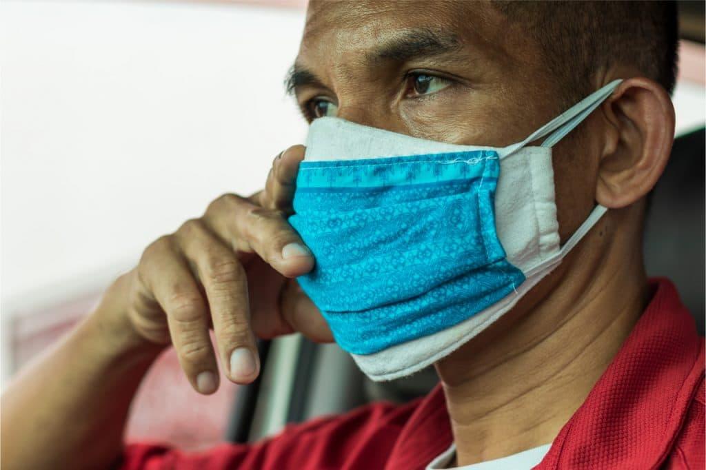 homem com duas máscaras