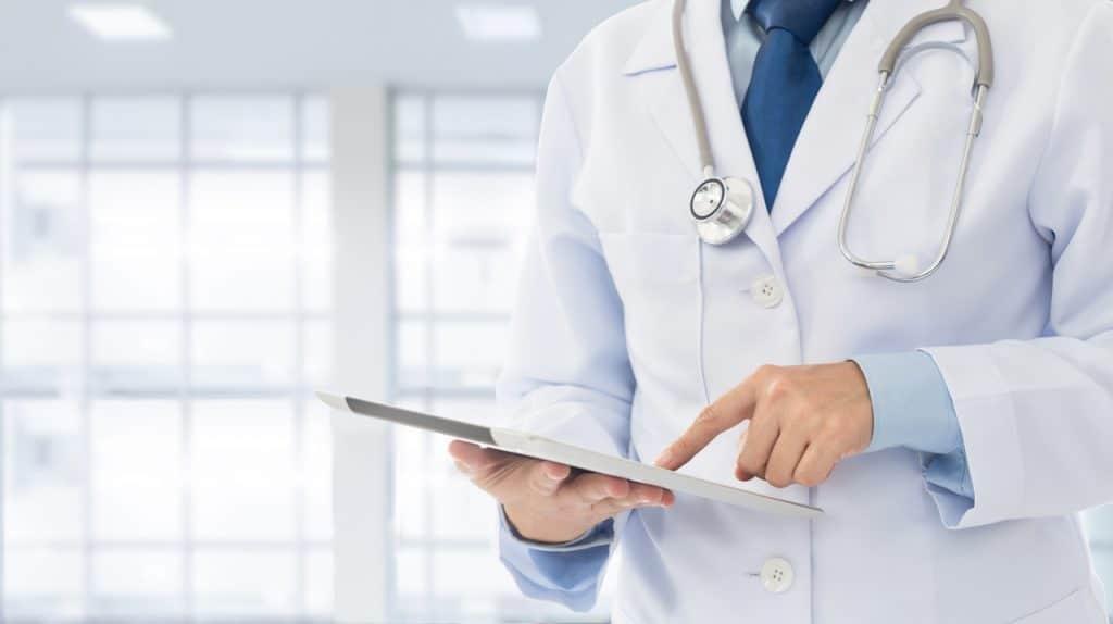 Médica verificando credenciais de vacinação do paciente