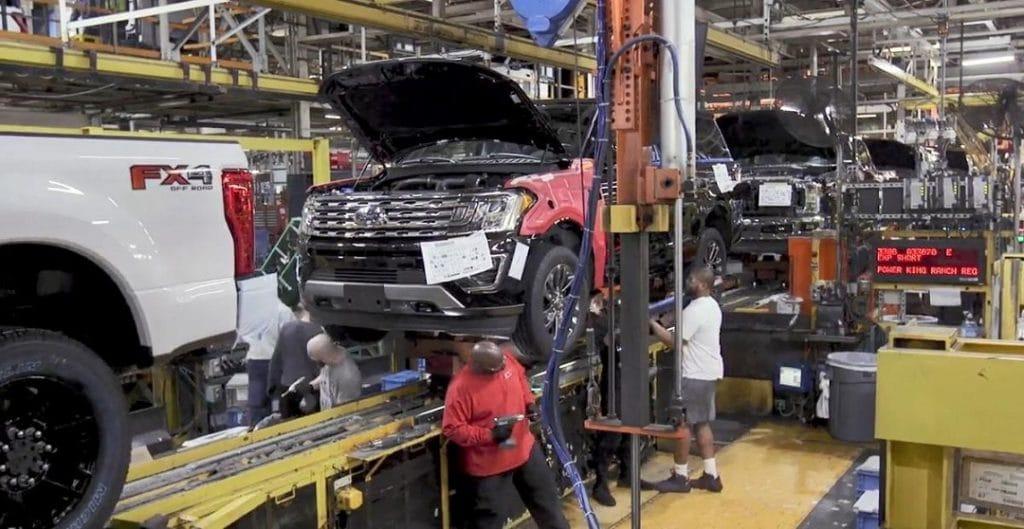 Empregados trabalham em fábrica da Ford