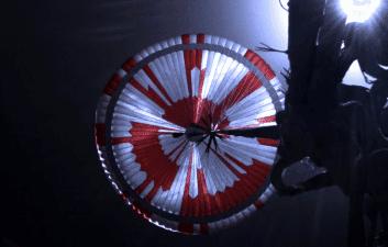 Usuarios de Internet descubren mensaje secreto en paracaídas de perseverancia