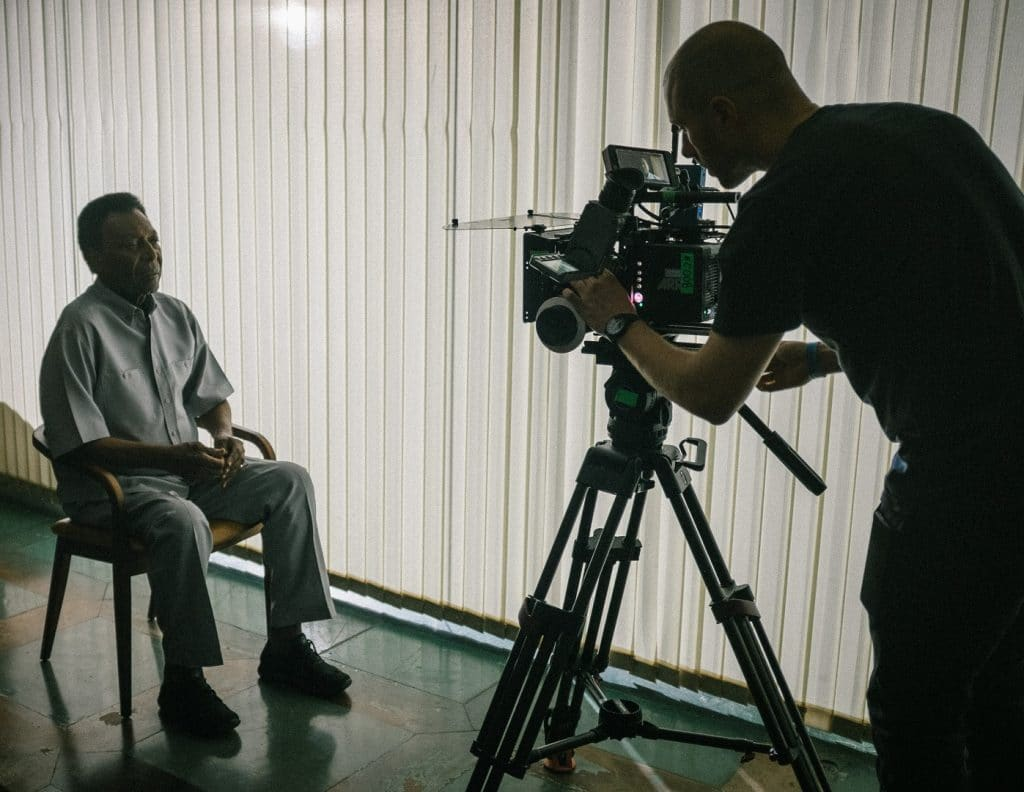 Cineastas vieram ao Brasil diversas vezes para entrevistar Pelé. Imagem: Netflix/Divulgação