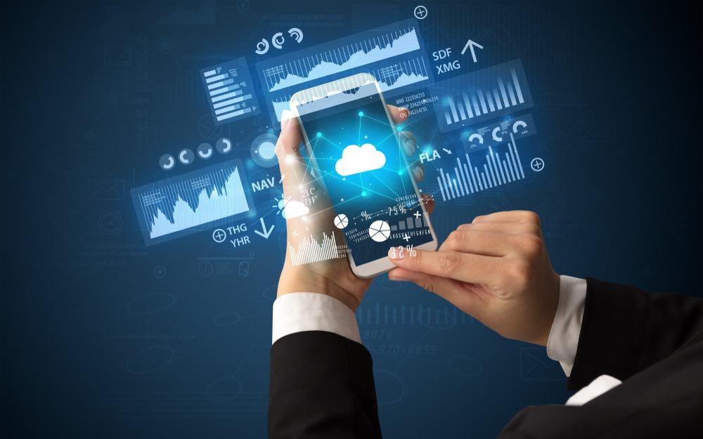 Mãos segurando um celular e acessando aplicativo na nuvem