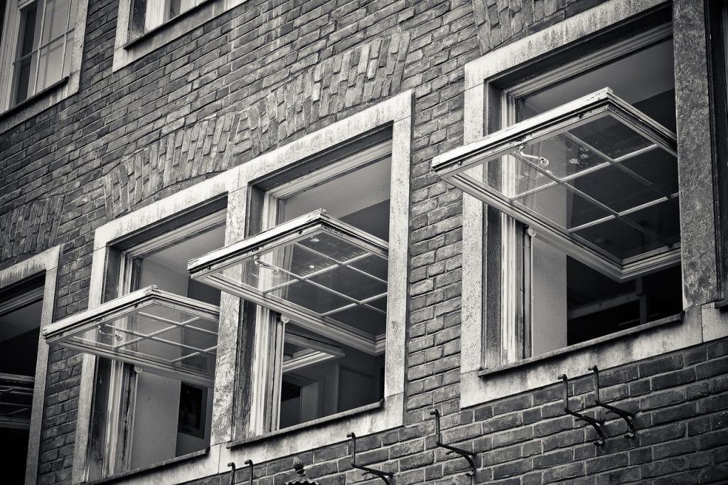 Janelas abertas de um edifício para ventilação do ar