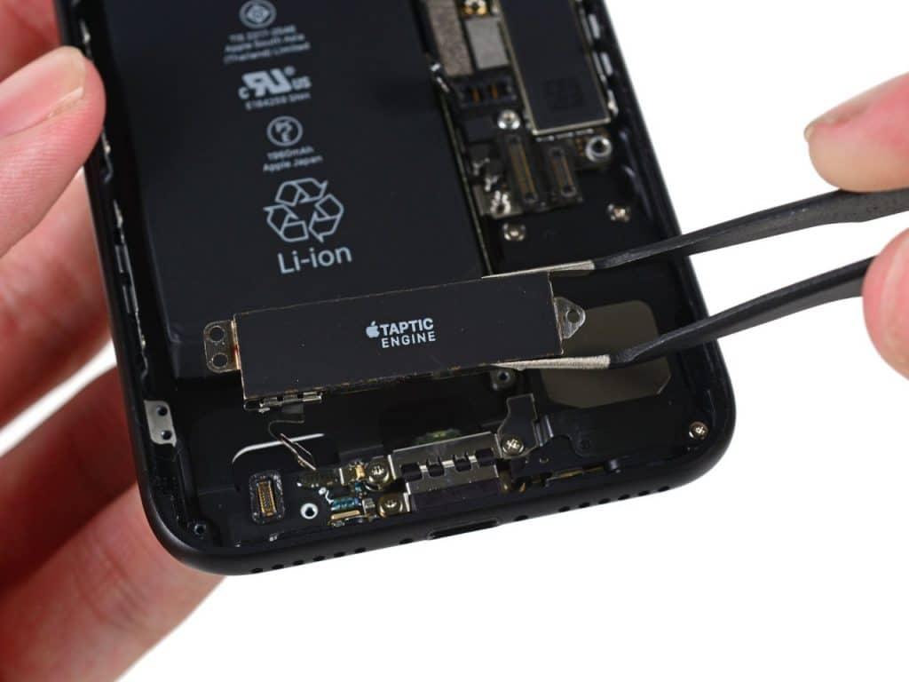 iPhone 7 aberto mostrando a Taptic Engine, componente responsável por gerar as vibrações que servem como resposta tátil às ações do usuário