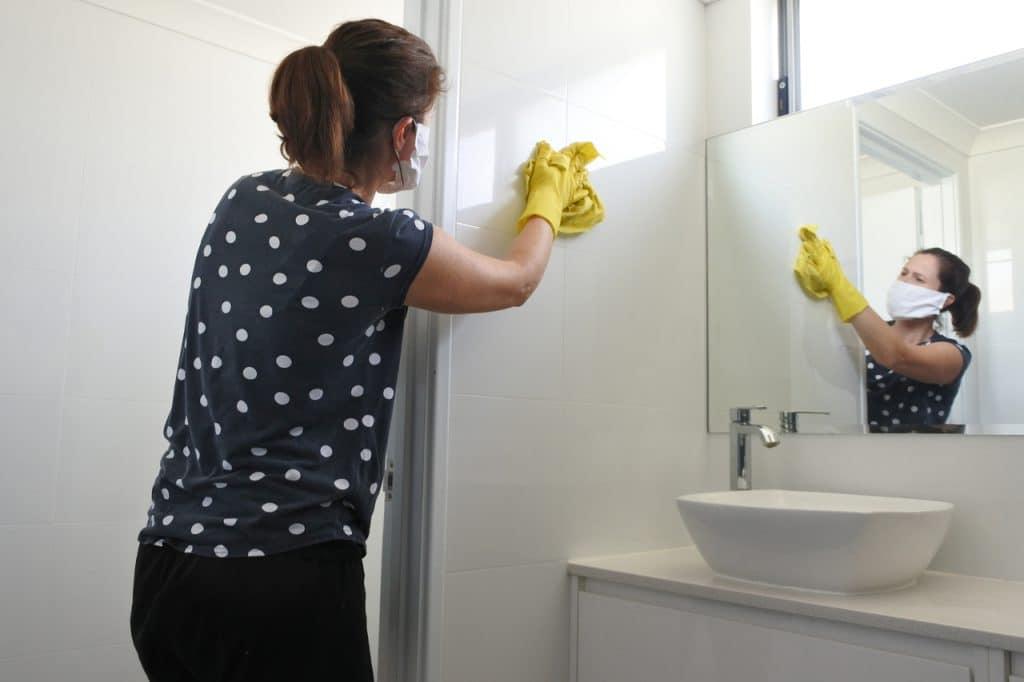 Pessoa limpando o banheiro por conta da Covid-19