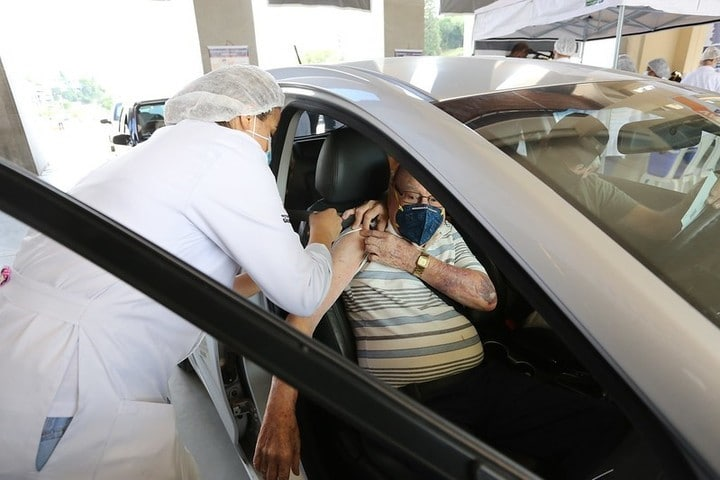 Idoso sendo vacinado dentro de carro - Foto: Governo do Estado de São Paulo