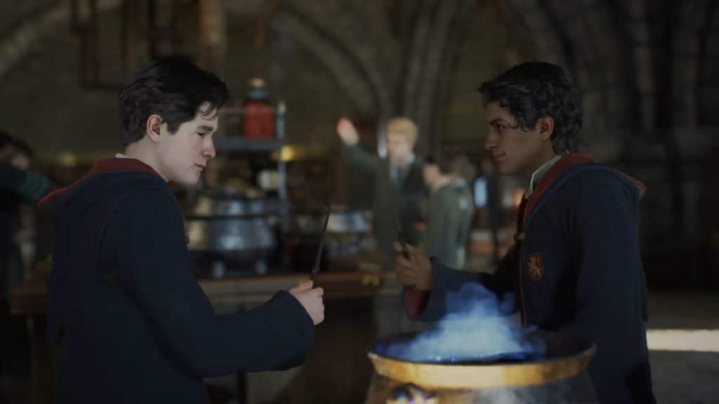 """Imagem do jogo """"Hogwarts Legacy"""" mostra dois bruxos baseados na franquia """"Harry Potter, segurando varinhas mágicas em frente a um caldeirão de poções"""